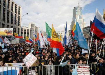 Mii de ruși au ieșit în stradă împotriva planului diabolic al lui Putin de a controla internetul. ''Nu unei Cortine de Fier online!''