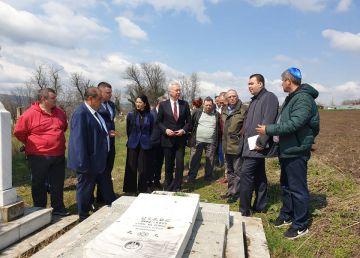 Ambasadorul Statelor Unite s-a dus la Cimitirul evreiesc din Huși, recent vandalizat
