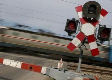 UPDATE. Imagini de la accidentul de pe calea ferată, unde locomotiva şi un vagon al unui tren de persoane au deraiat