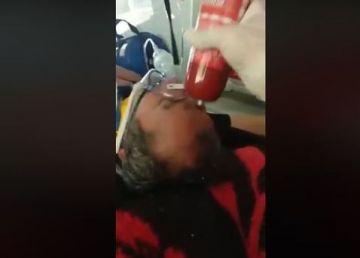 Revoltător. Un paramedic, filmat când loveşte cu un parizer un pacient inconştient. Ministrul de Interne cere măsuri urgente