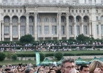 """Un deputat USR vrea să afle cum au ajuns """"fripturiștii"""" în curtea Parlamentului la concertul lui Bon Jovi"""