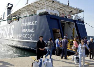 Românii, blocaţi pe o insulă grecească, transferaţi pe partea continentală a statului elen