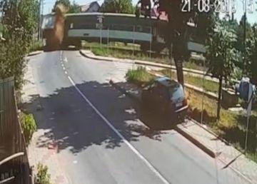 VIDEO. La un pas de tragedie. Un tren de călători a deraiat