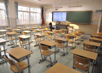 Din nou la școală. Se vrea educație la cel mai înalt nivel cu sute de toalete în curtea școlii, manuale lipsă și în așteptarea unui ministru