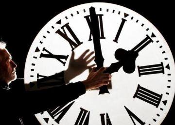 România trece la ora de iarnă sâmbătă. CFR: Trenurile vor staţiona o oră în această noapte