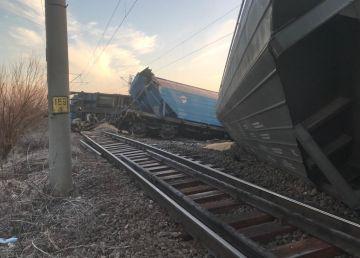 UPDATE. FOTO. Circulaţia trenurilor, în condiţii speciale spre Craiova. Se lucrează la repunerea vagoanelor pe şină