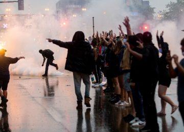 FOTO.VIDEO. Revolte în Minneapolis, după decesul unui bărbat de culoare în custodia Poliţiei. Walz a mobilizat Garda Naţională
