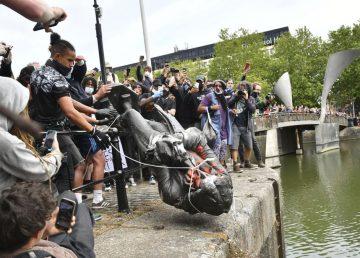 """Statuia negustorului de sclavi din Bristol și asaltul """"rasiștilor culturii"""""""