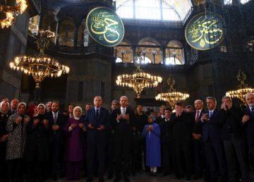 """VIDEO. Visul din tinereţe a lui Erdogan s-a împlinit. Musulmanii se roagă la """"Marea Moschee Hagia Sofia""""după 86 de ani"""